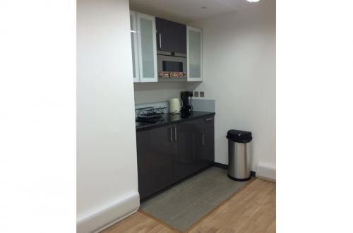 1 desk available close to London Bridge - £300 per desk per month